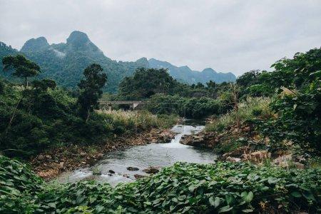 Photo pour Beau paysage avec rivière et les montagnes de Phong Nha Ke Bang National Park, Viêt Nam - image libre de droit