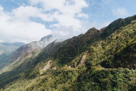 hermoso paisaje con árboles verdes en las montañas y el cielo nublado en Sa Pa, Vietnam