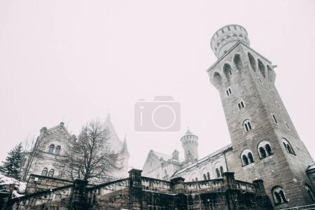 Photo pour Füssen, Allemagne - 19 février 2018: une architecture majestueuse du château de neuschwanstein médiévale célèbre dans le brouillard - image libre de droit
