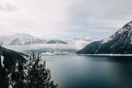 Photo pour Beau paysage avec des montagnes enneigées et majestueux lac de montagne tranquille en Autriche - image libre de droit