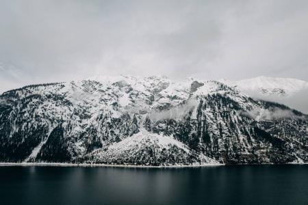 Photo pour Lac alpin calme et montagnes enneigées par temps nuageux, mayrhofen, Autriche - image libre de droit