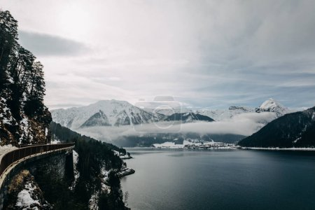Photo pour Beau paysage panoramique de montagnes couvertes de neige et lac de montagne paisible en Autriche - image libre de droit