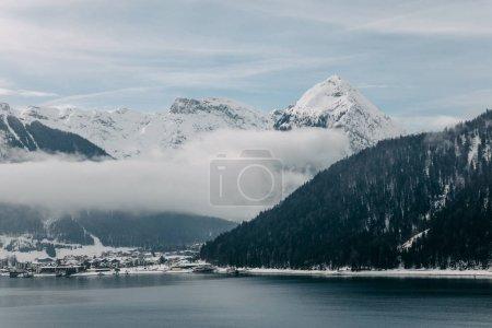 Photo pour Beau paysage panoramique de montagnes couvertes de neige et lac de montagne majestueuse en Autriche - image libre de droit
