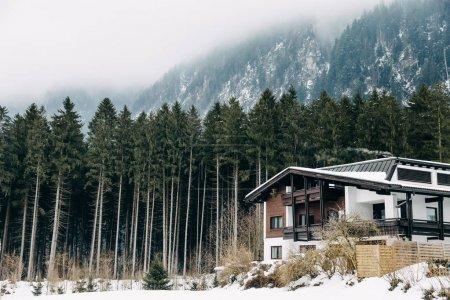 Foto de Mayrhofen, Austria - 19 de febrero de 2018: moderna casa en las montañas de invierno hermosa - Imagen libre de derechos