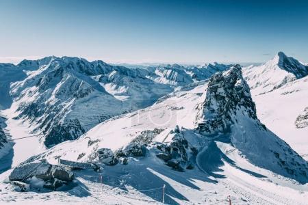 Photo pour Majestueux paysage hivernal avec des sommets enneigés dans le domaine skiable de Mayrhofen, en Autriche - image libre de droit