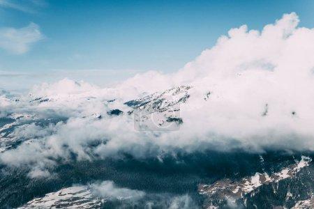 Photo pour Beau paysage alpin avec des montagnes enneigées et des nuages, mayrhofen, austria - image libre de droit