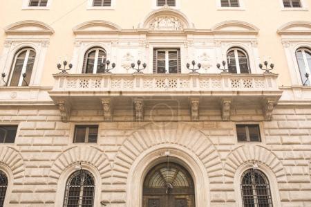 Photo pour Façade de vieux bâtiments avec balcon à Rome - image libre de droit
