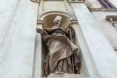 Photo pour Statue religieuse sur la construction de façade à Rome - image libre de droit