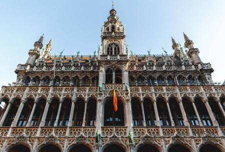 Photo pour Vue faible angle de beau bâtiment historique célèbre à la grand-place, Bruxelles, Belgique - image libre de droit