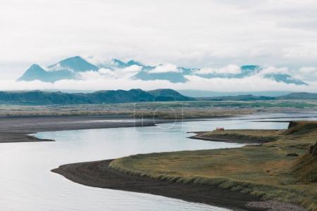 Photo pour Beau paysage avec de larges sommets fluviaux et montagneux dans les nuages, iceland - image libre de droit