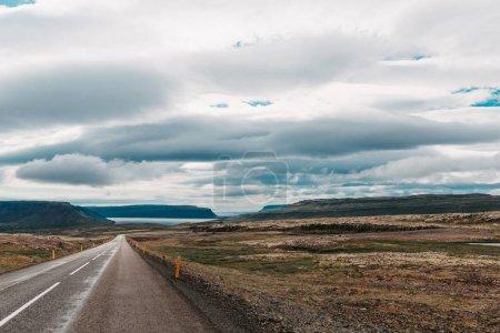 Photo pour Paysage icelandique majestueux et route asphaltée vide, ouest de l'iceland - image libre de droit