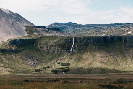 Photo pour Beau paysage avec chute d'eau pittoresque et montagnes Rocheuses en Islande - image libre de droit