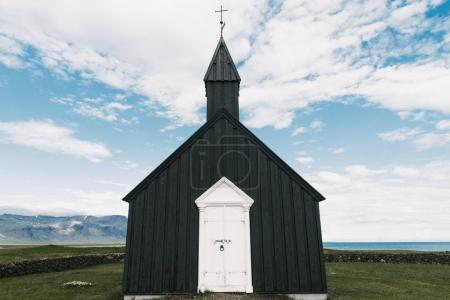 Photo pour Église noire avec portes en blanc et croix sur le dessus dans la péninsule de Snaefellsnes de beau paysage, Budir, Islande - image libre de droit