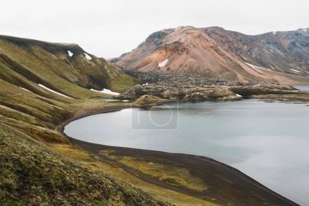 Photo pour Beau paysage glaciaire avec collines rocheuses, végétation verte et eau calme - image libre de droit