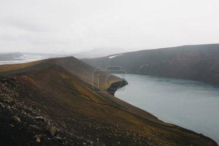 Photo pour Majestueux paysage islandais avec fjord et collines rocheuses - image libre de droit