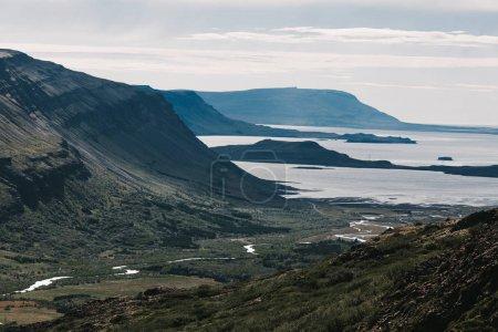 Photo pour Majestueux paysage icelandique avec fjord et collines rocheuses - image libre de droit