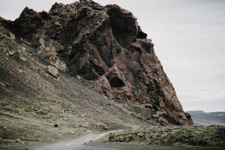 Photo pour Route rurale vide et falaise pittoresque à Landmannalaugar, iceland - image libre de droit