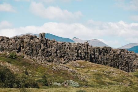 Photo pour Formation rocheuse majestueuse sur une colline verdoyante en Islande - image libre de droit