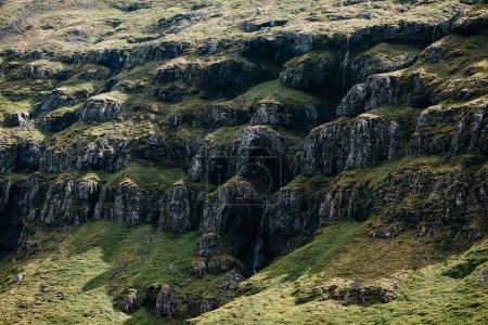 Photo pour Belles formations rocheuses et mousse verte à la lumière du soleil en iceland - image libre de droit