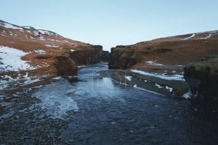 Photo pour Beau paysage avec rivière froide, rochers et neige, fjadrargljufur, Islande - image libre de droit