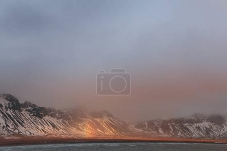 Photo pour Majestueux paysage avec des montagnes enneigées, fjord et arc-en-ciel en Islande - image libre de droit