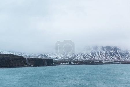 Photo pour Vue imprenable sur le magnifique fjord et les montagnes enneigées, Islande - image libre de droit