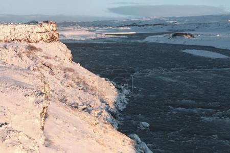 Photo pour Vue imprenable sur la rivière froide et paysage enneigé en Islande - image libre de droit