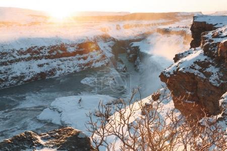 Photo pour Vue spectaculaire de la belle cascade de Gullfoss et roches couvertes de neige au lever du soleil, Islande - image libre de droit