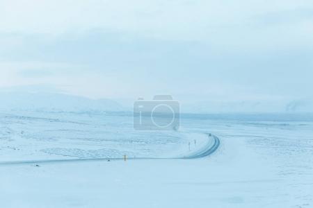 Photo pour Beau paysage enneigé et route dans le parc national de Thingvellir, iceland - image libre de droit