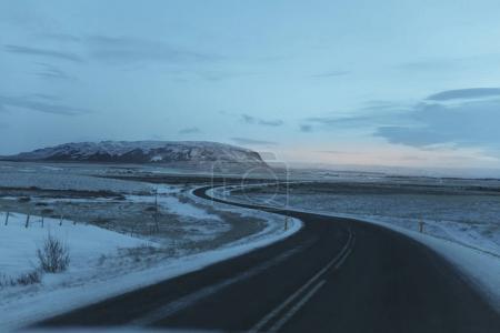 Foto de Carretera vacía y paisaje cubierto de nieve en Islandia - Imagen libre de derechos