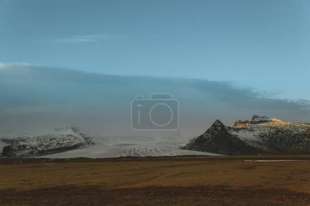 Photo pour Beau paysage glaciaire avec des montagnes rocheuses dans la neige - image libre de droit