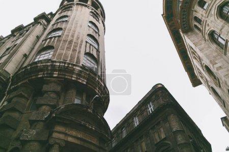 Photo pour Vue à angle bas des bâtiments à Istanbul, Turquie - image libre de droit
