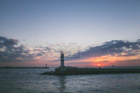 Photo pour Phare en mer au coucher du soleil à Istanbul, Turquie - image libre de droit
