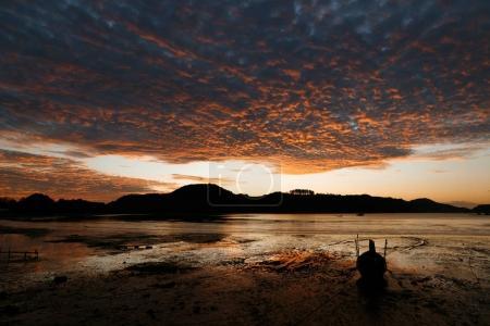 Photo pour Belle vue panoramique sur le coucher du soleil sur l'océan, phuket, thailand - image libre de droit