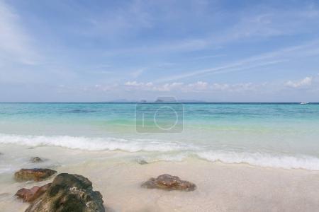 Photo pour Belle vue panoramique sur les vagues de l'océan et le ciel bleu, les îles phi phi - image libre de droit