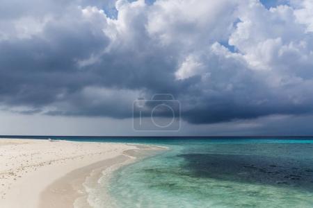 Photo pour Vue panoramique sur le littoral et ciel nuageux sombre, les Maldives, thoddoo - image libre de droit