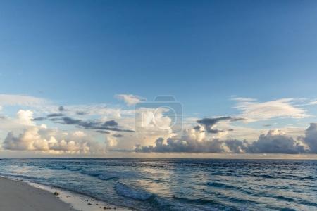 Photo pour Belle vue panoramique sur les vagues de ciel et océan bleu nuageux, maldives, thoddoo - image libre de droit