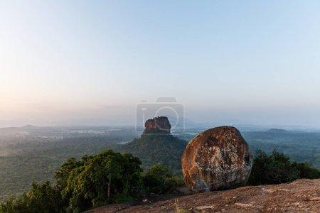 Photo pour Belle vue panoramique de roche sur la montagne et le ciel clair, sri lanka, sigiriya - image libre de droit