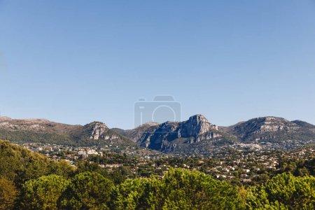 Photo pour Vue aérienne d'une belle ville européenne dans les montagnes, Antibes, France - image libre de droit