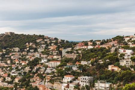 Photo pour Vue aérienne d'une belle ville européenne en montagne, Cannes, France - image libre de droit