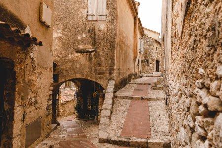 Photo pour Bâtiments anciens grungy à la vieille ville, Eze, France - image libre de droit