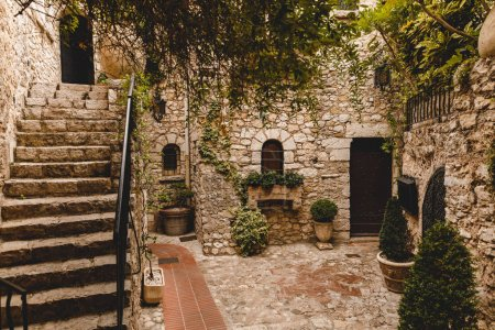 Photo pour Escaliers à petit atrium d'ancien en pierre de construction, Eze, France - image libre de droit