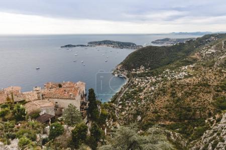 Photo pour Vue aérienne de la ville d'Europe situé sur les collines de mer nuageux, Eze, France - image libre de droit