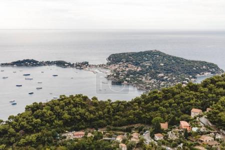 Photo pour Vue aérienne de la vieille ville d'Europe situé sur le bord de la mer, Fort de la Revere, France - image libre de droit