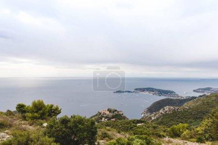Photo pour Vue aérienne de la côte de la mer sur une journée nuageuse, Fort de la Revere, France - image libre de droit