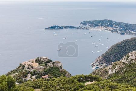 Photo pour Vue aérienne de la vieille ville d'Europe situé sur le bord de mer avec bateaux flottant en mer, Fort de la Revere, France - image libre de droit