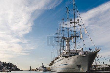 Photo pour Nice, France - 17 septembre 2017: journée ensoleillée les navires dans le port de la ville européenne - image libre de droit