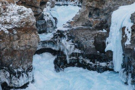 Photo pour Vue panoramique sur les rochers enneigés du pays de glace, Hraunfossar - image libre de droit