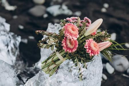 Photo pour Vue rapprochée du beau bouquet floral sur glace transparente en Islande - image libre de droit