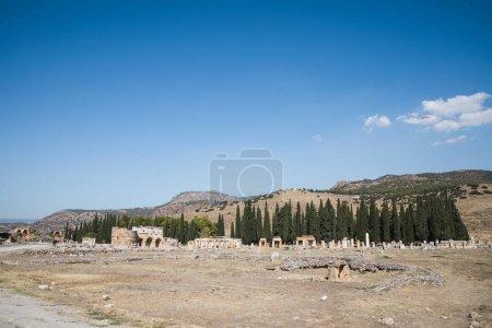 Photo pour Vue spectaculaire sur les ruines antiques dans le célèbre pamukkale, dinde - image libre de droit